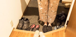 Togliesi le scarpe prima di entrare in casa