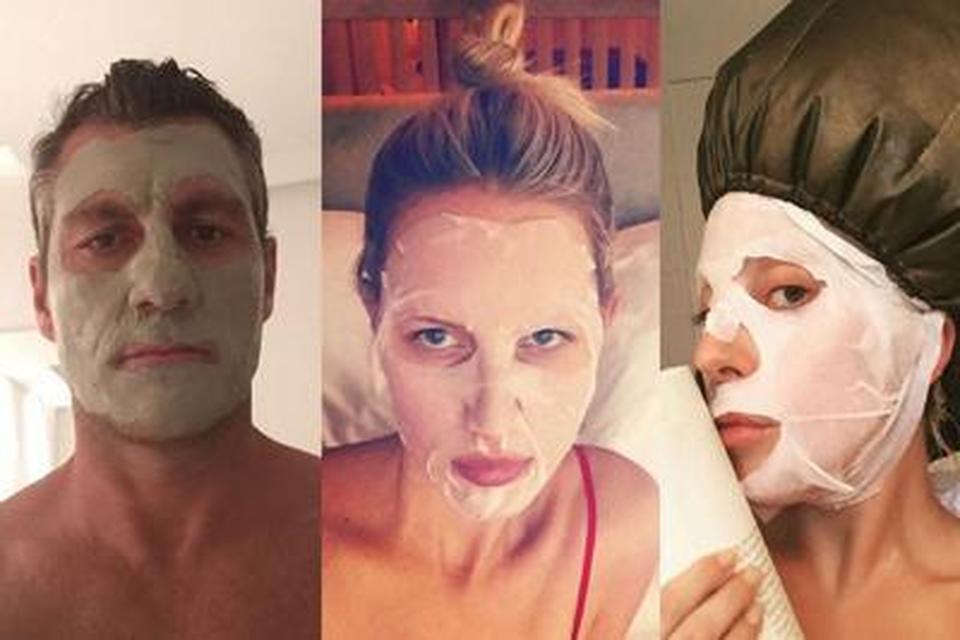 Selfie con maschera di fango sul viso