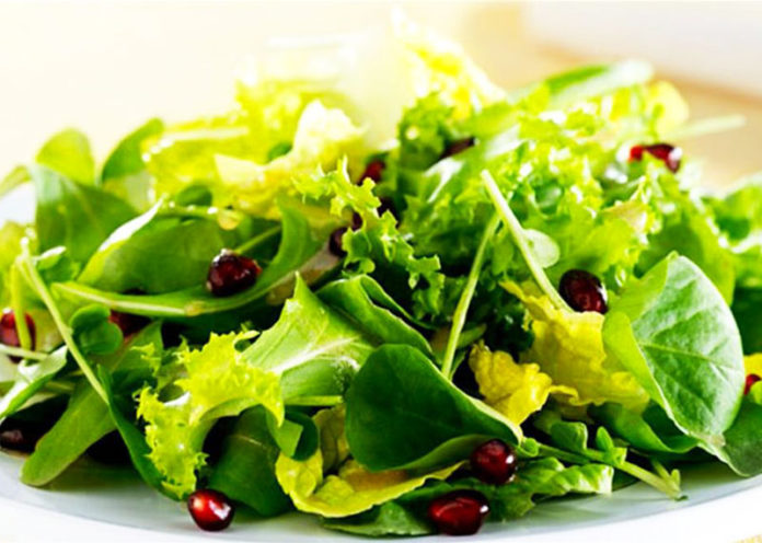 Insalata condita con olio extravergine di oliva
