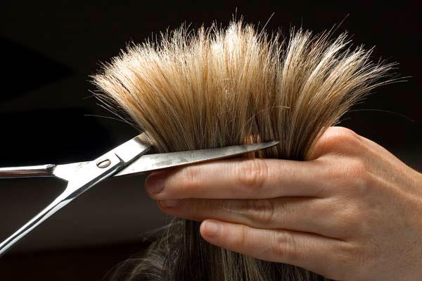 Tagliare i capelli per eliminare le doppie punte