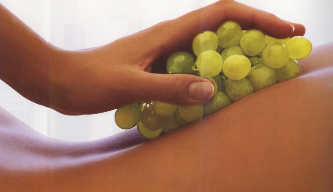 massaggio con acini di uva