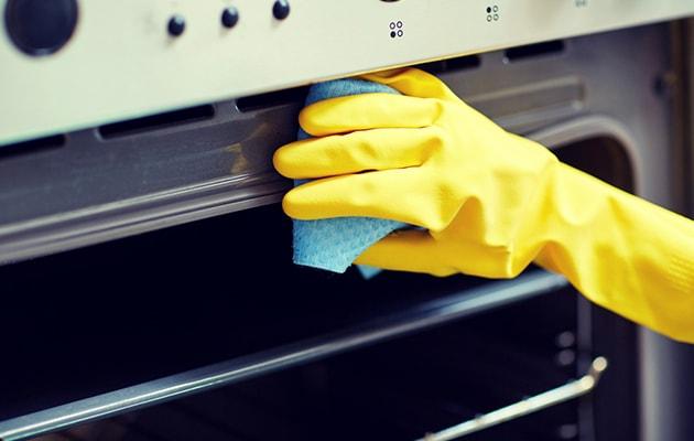 Pulire il forno con aceto e sale