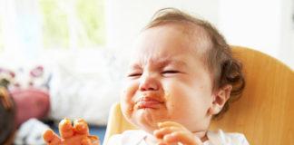Bambini mangiano cibi con le spezie