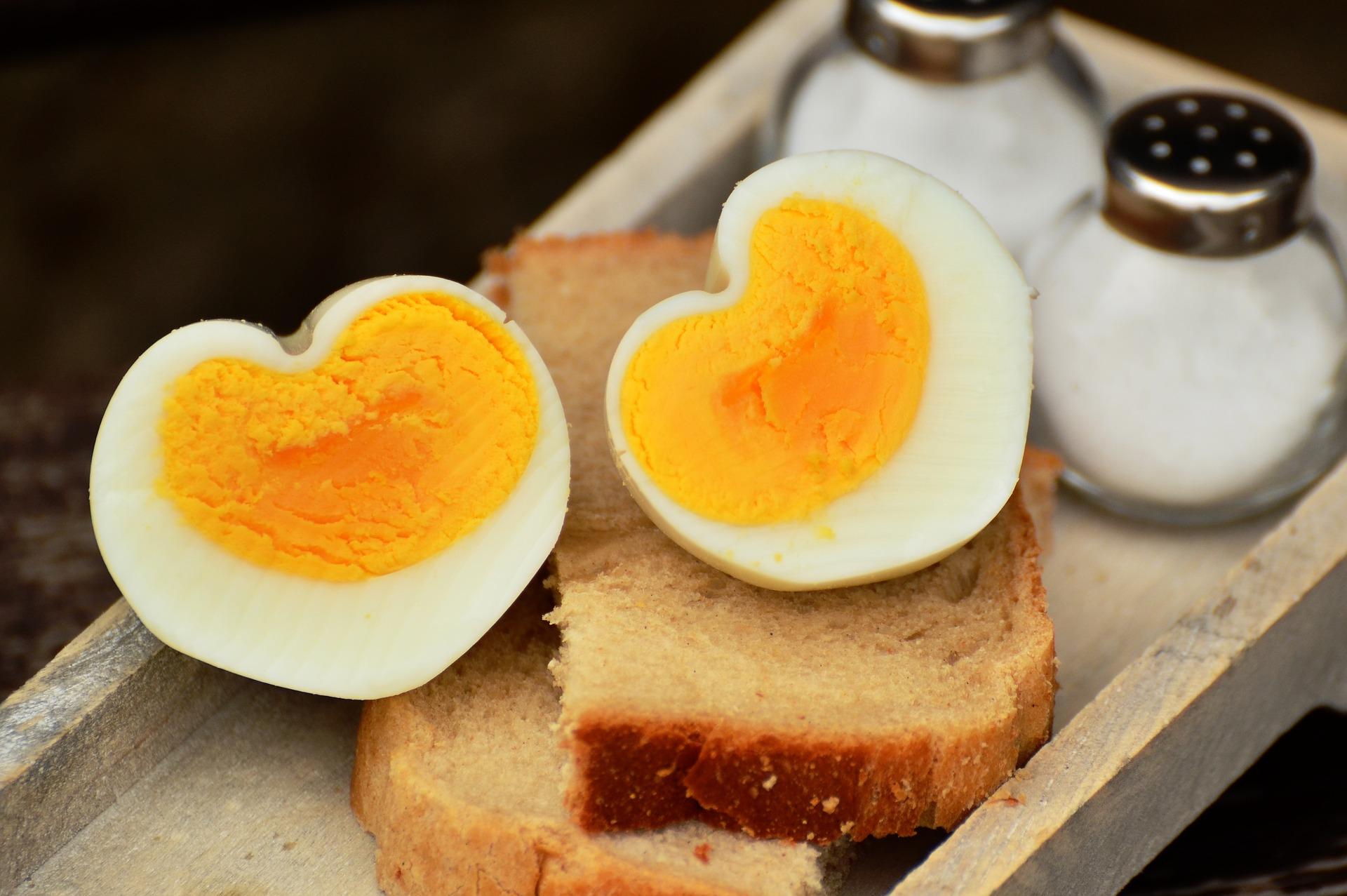 Uovo sodo a forma di cuore per la dieta dell'uovo