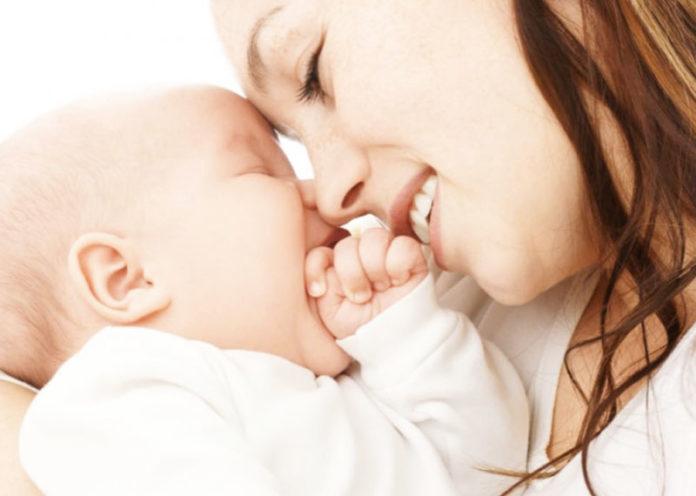 Mamma coccola neonato