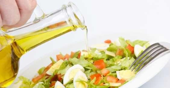 olio di canapa su insalata