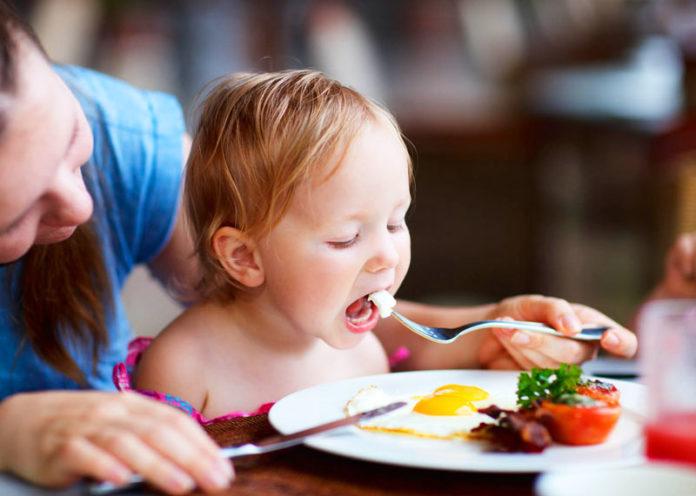 Un uovo al giorno ai bambini migliora lo sviluppo di fisico e mente