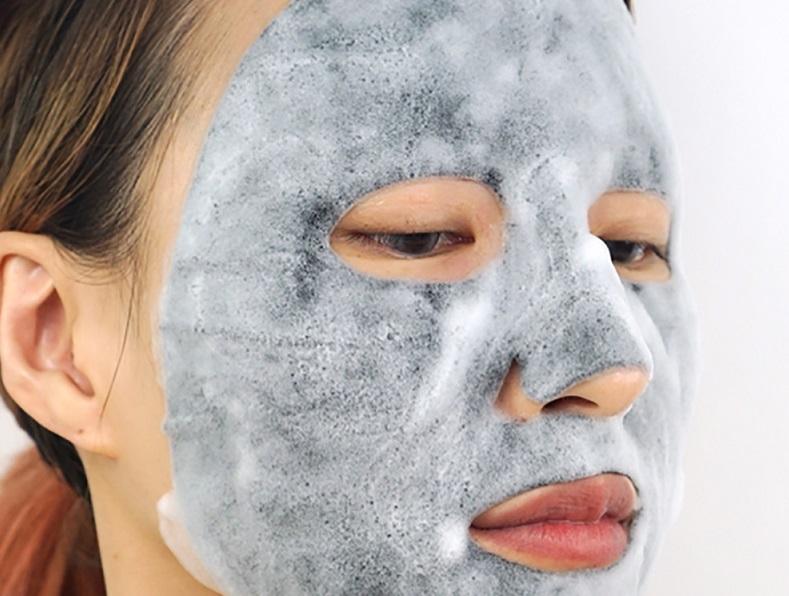 applicazione sul viso della bubble mask naturale