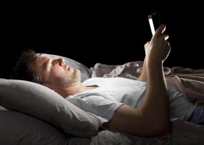 Leggere (o lavorare) con illuminazione fioca fa male al cervello