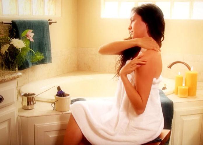 Come usare gli oli essenziali per un massaggio viso