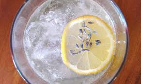 Bevanda acqua, limone e lavanda