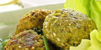 Polpette vegetariane a base di ortica, semi di sesamo e salsa vegan