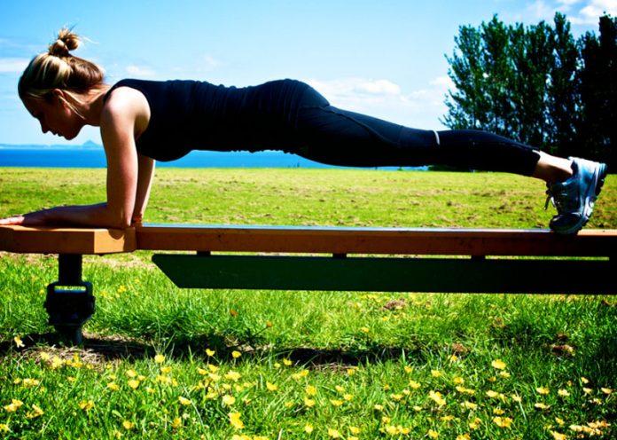 Allenamento all'aperto: 4 gruppi di esercizi per un total-body fai da te