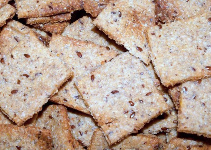 Crackers fatti in casa con semi di chia e sesamo ed erbe aromatiche