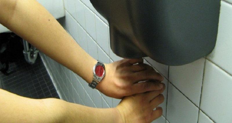 Asciugatori elettrici nei bagni pubblici