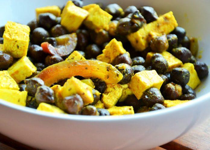 Insalata rimineralizzante con ceci neri, pera e salsa tahin