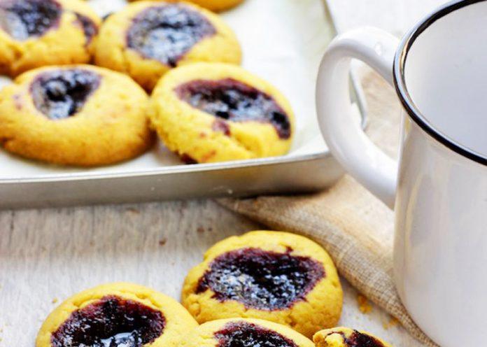 Biscotti fatti in casa, curcuma, pepe e mirtilli