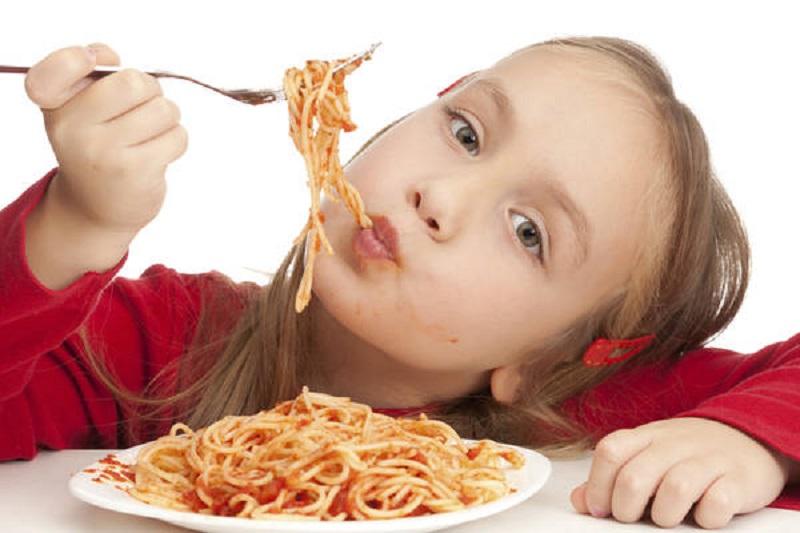 bambini mangiano pasta