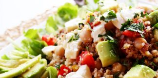 Insalata vegan con quinoa e avocado