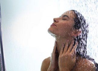 Lavarsi il viso sotto la doccia non va bene