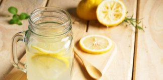 Bere acqua e limone al mattino
