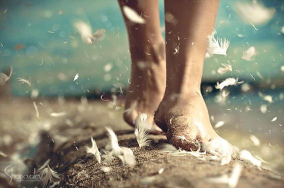 camminare scalzi fa bene al fisico e alla mente
