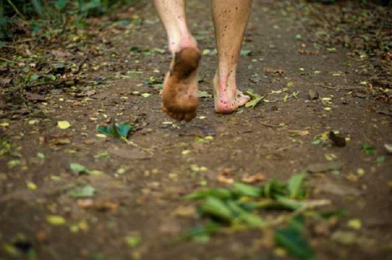 grounding, ovvero il benessere di camminare a piedi nudi