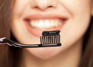 """I 2 rimedi naturali migliori e """"fai da te"""" per sbiancare i denti"""