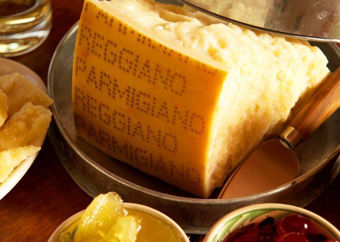 Crosta di parmigiano, 4 modi per riciclarla in cucina