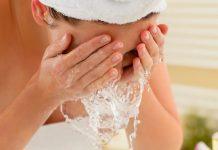 Lavarsi il viso, gli errori da non fare per non rovinare la pelle