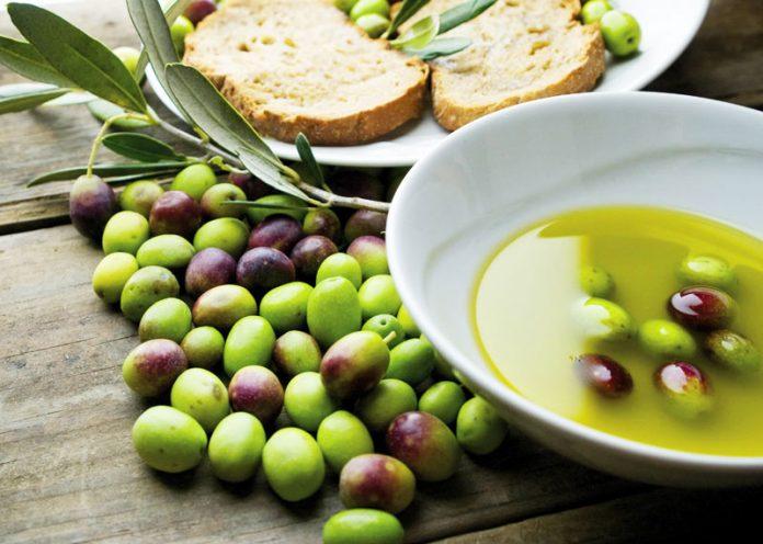 Ecco perché l'olio d'oliva nuovo è amaro e pizzica alla gola
