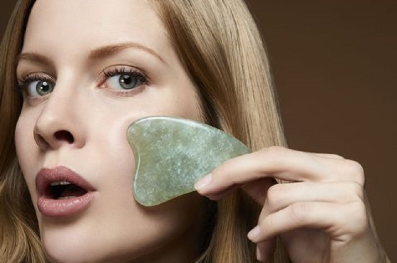 la giada per il massaggio della pelle del viso