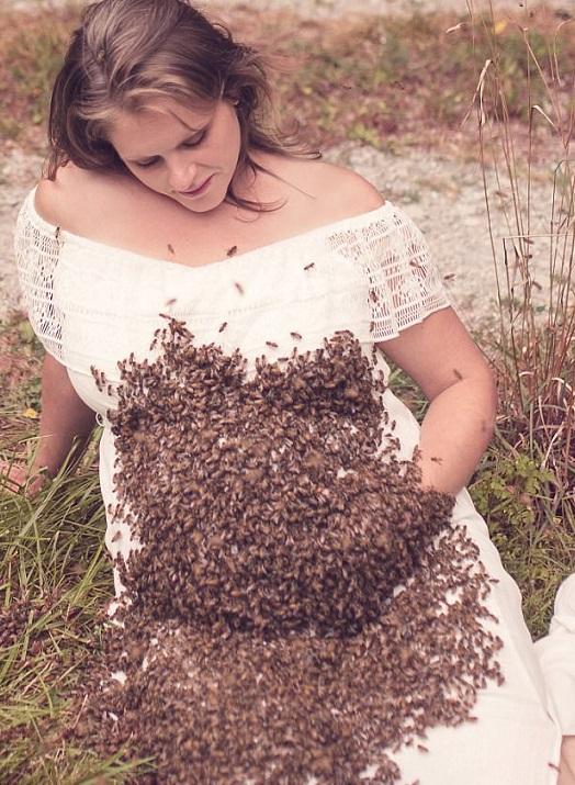 apicultrice ricoperta di api