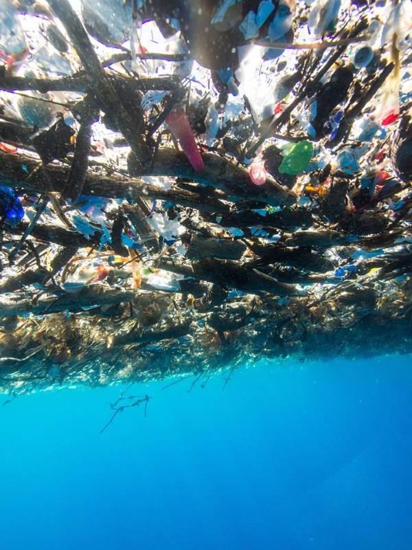la superficie del mare coperta di rifiuti vista da sotto l'acqua