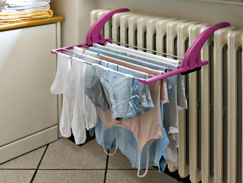 panni stesi ad asciugare al termosifone