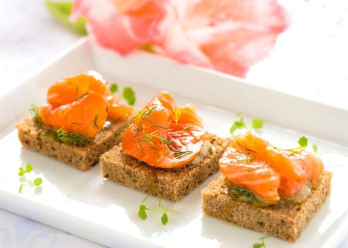 Il salmone affumicato è pesce crudo? Ecco cosa lo differenzia dal sushi