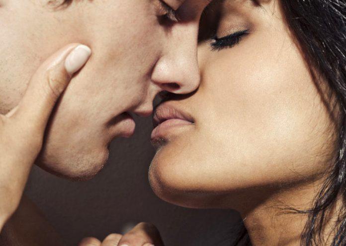 Quando baci ti accosti a destra o a sinistra? Ecco cosa vuol dire