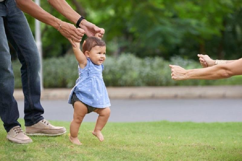 bambini devono camminare a piedi nudi per il loro benessere