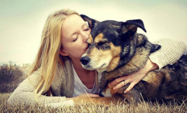 immagine tenera di donna che abbraccia cane
