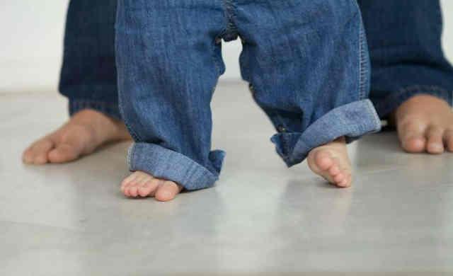 i bambini devono camminare a piedi nudi