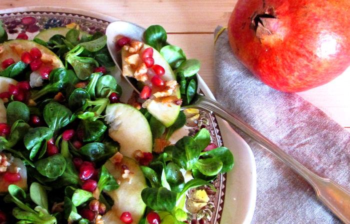 Insalata invernale con mela verde e chicchi di melagrana