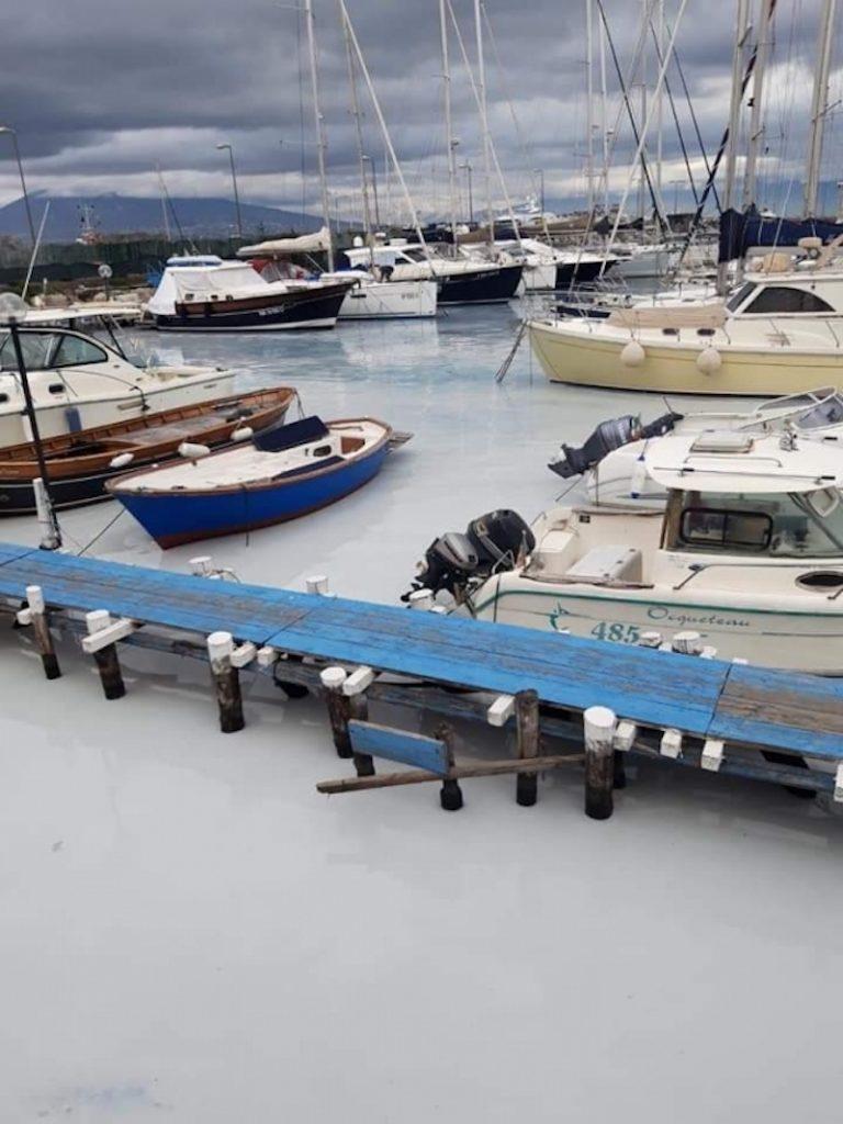 il mare bianco inquinato di Mergellina (Napoli)