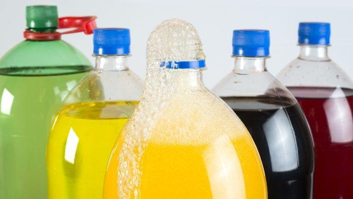 bevande gasate le più contaminate dalla plastica