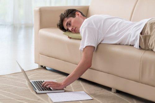 stare sul divano in casa