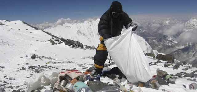 la raccolta dei rifiuti sull'Everest
