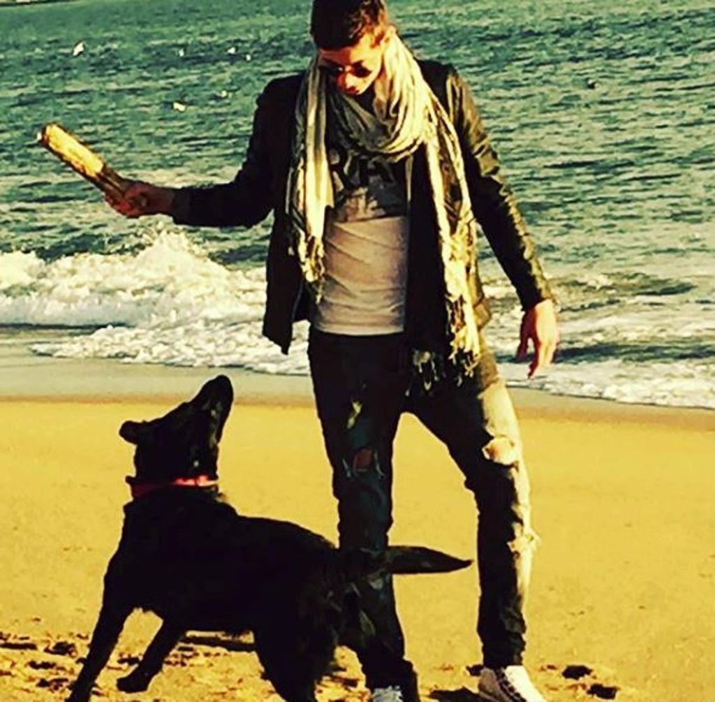 Sala che gioca con il cane Nala sulla spiaggia