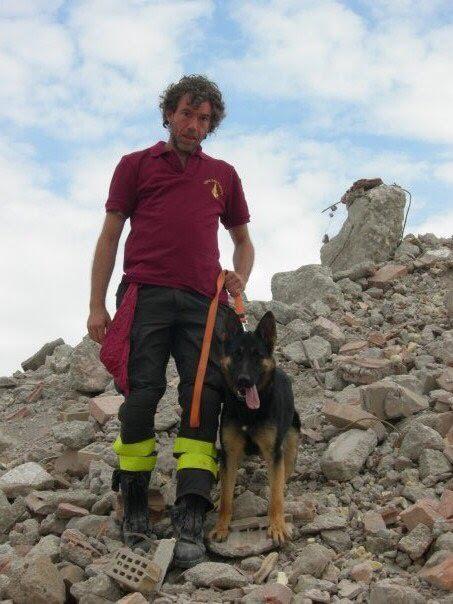 cane Falco, eroe di Rigopiano, con il suo istruttore
