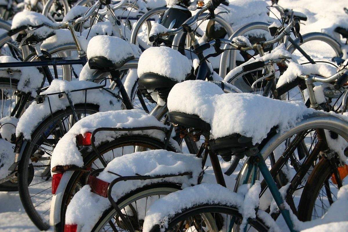 biciclette coperte di neve e ghiaccio