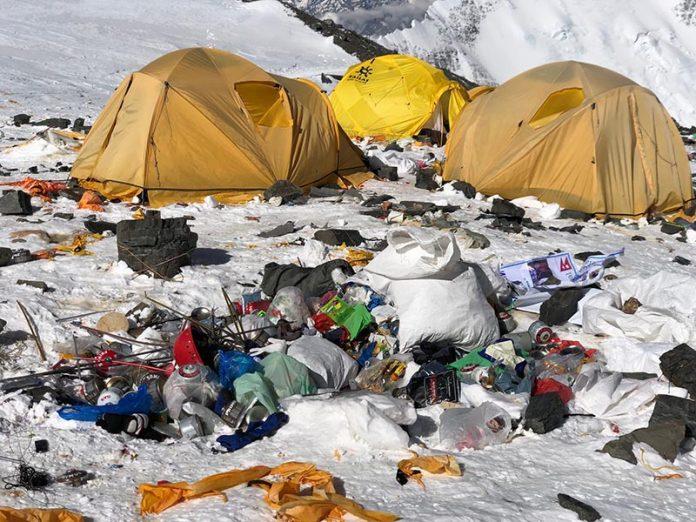 Decisione estrema per salvare l'Everest, che rischia di diventare una discarica a cielo aperto